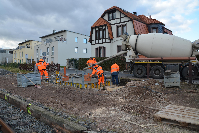 Einfüllen des Betons vom Betonmischer in die vor-bereitete Schalung.    Foto: M.Topf